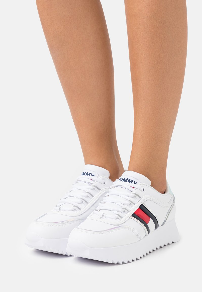 Tommy Jeans - HIGH CLEATED IRIDESCENT - Joggesko - white