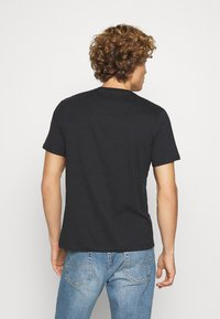 Levi's® - HOUSEMARK GRAPHIC TEE UNISEX - T-shirt con stampa - blacks - 2