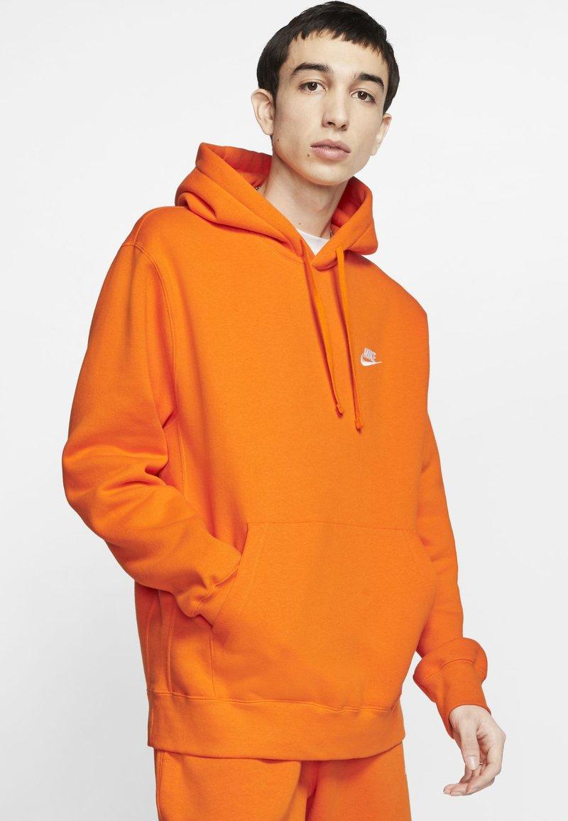 Nike Sportswear - CLUB HOODIE - Luvtröja - magma orange/white