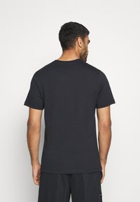 Nike Performance - PEACE LOVE BASKETBALL TEE - T-shirt con stampa - black - 2