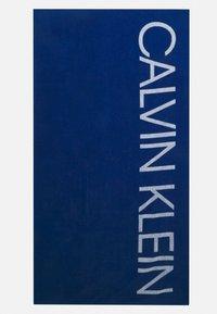 Calvin Klein Swimwear - CORE SOLIDS A TOWEL - Badmantel - bobby blue - 0