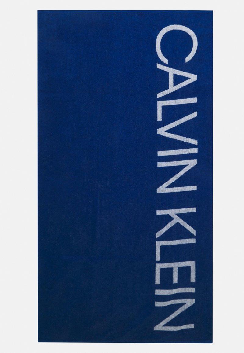 Calvin Klein Swimwear - CORE SOLIDS A TOWEL - Badmantel - bobby blue