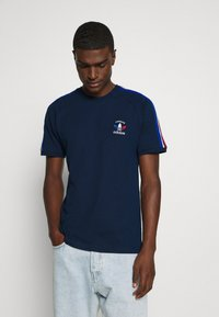 adidas Originals - STRIPES SPORTS INSPIRED SHORT SLEEVE TEE UNISEX - Print T-shirt - collegiate navy - 0