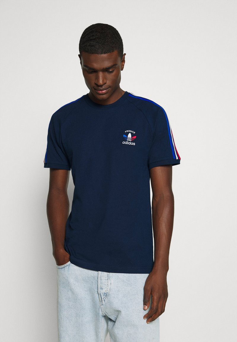 adidas Originals - STRIPES SPORTS INSPIRED SHORT SLEEVE TEE UNISEX - Print T-shirt - collegiate navy