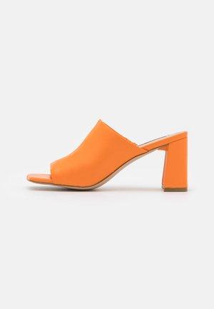 LIZO - Mules à talons - orange
