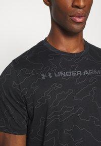 Under Armour - ALL OVER WORDMARK - Print T-shirt - black/jet gray - 6