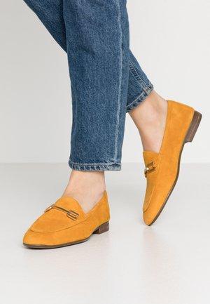 DALCY - Loaferit/pistokkaat - mustard