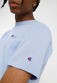 Champion Reverse Weave - CLASSIC APPLIQUE TEE - Jednoduché triko - light blue - 5