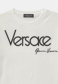 Versace - MAGLIETTA UNISEX - Triko spotiskem - bianco lana - 2