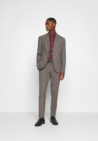 Isaac Dewhirst - BOLD VINTAGE CHECK SUIT - Garnitur - red check - 1