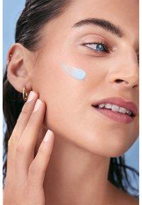 Nivea - HYDRA SKIN EFFECT WAKE-UP GEL DAY CARE - Face cream - - - 3