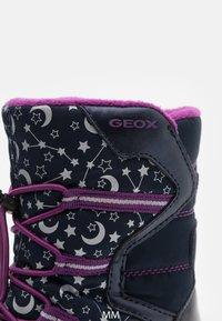 Geox - ROBY GIRL WPF - Zimní obuv - navy/cyclamen - 5