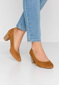 PERLATO - Classic heels - camel - 0