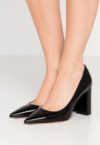 HUGO - EXCLUSIVE INES CHUNKY  - Zapatos altos - black - 0