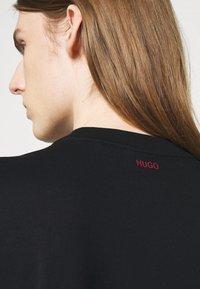 HUGO - DOZEKI - Triko spotiskem - black - 3