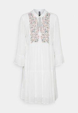 PCLEIA DRESS - Denní šaty - cloud dancer