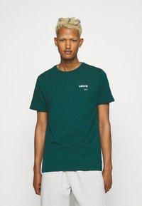 Levi's® - HOUSEMARK GRAPHIC - T-shirt basique - forest biome - 0