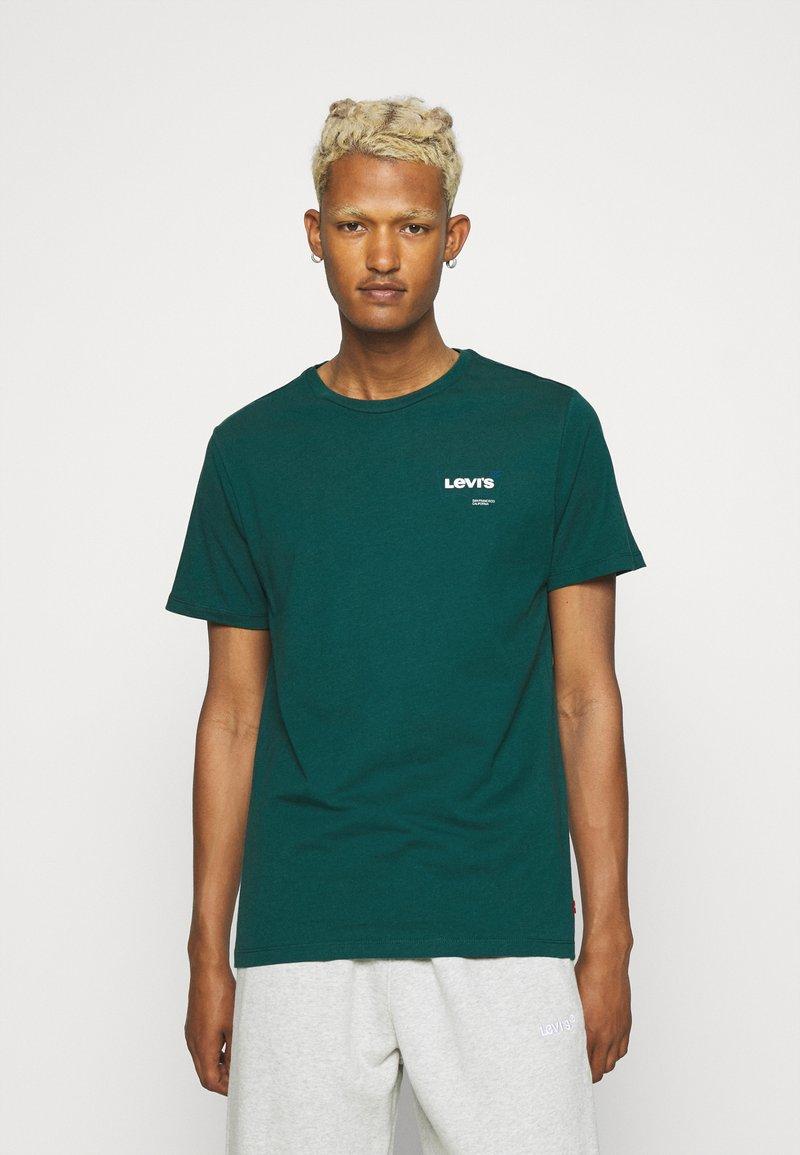 Levi's® - HOUSEMARK GRAPHIC - T-shirt basique - forest biome