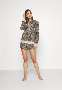 Calvin Klein Underwear - ONE GLISTEN SLEEP SHORT HOT PANTS - Pyjamahousut/-shortsit - honey almond - 1