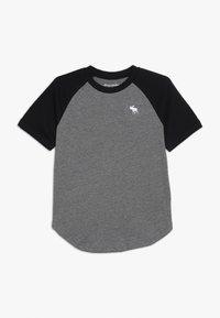 Abercrombie & Fitch - BASIC RAGLAN CREW - T-shirt med print - grey/black - 0