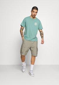 Nike SB - CARGO UNISEX - Shorts - light army - 1