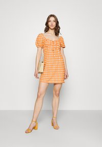 Glamorous - MINI DRESS WITH PUFF SHORT SLEEVES AND LOW SWEETHEART NECKLINE - Vestido informal - rust gingham - 1
