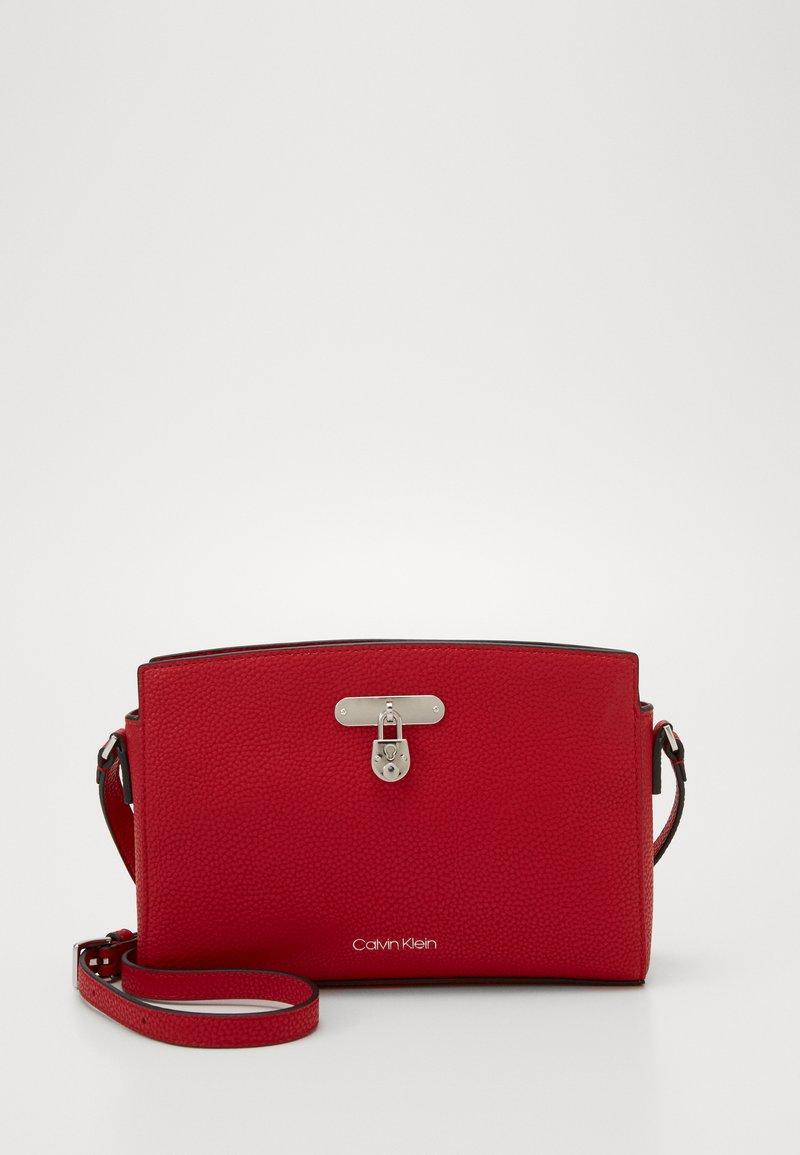 Calvin Klein - DRESSED BUSINESS CROSSBODY - Sac bandoulière - red