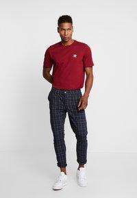 adidas Originals - ADICOLOR ESSENTIAL TEE - T-shirt con stampa - burgundy - 1