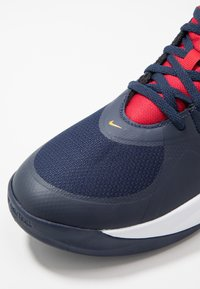 Nike Performance - TEAM HUSTLE D 9 UNISEX - Basketsko - midnight navy/university red/white - 2