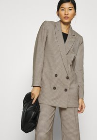 JUST FEMALE - KELLY - Short coat - taupe - 4