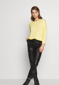 Vero Moda - VMBRIANNA  - Sweter - banana cream melange - 1
