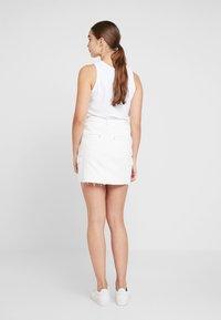 Hollister Co. - ULTRA HIGH RISE CARGO SKIRT - Pouzdrová sukně - white - 2
