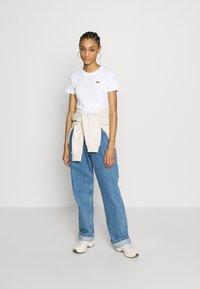 Levi's® - BABY TEE - T-shirt z nadrukiem - white - 1