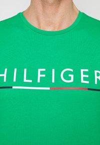 Tommy Hilfiger - GLOBAL STRIPE TEE - T-shirt z nadrukiem - green - 5