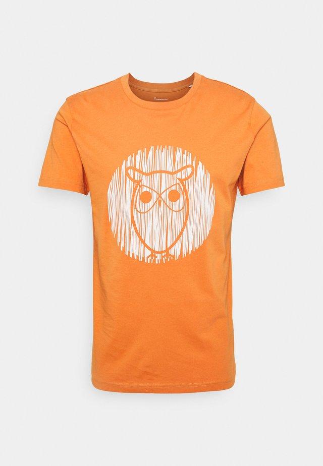 ALDER OUTLINE TEE - Print T-shirt - abricut buff