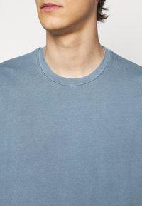 Boglioli - Basic T-shirt - blue denim - 5