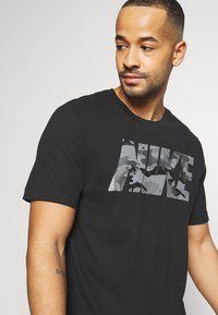 Nike Performance - DRY TEE BLOCK - Camiseta estampada - black/smoke grey