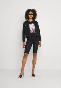 ONLY - ONLBLUSH WAIST LONG - Shorts di jeans - black denim - 1