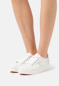 Napapijri - NEST - Sneakers laag - white/silver - 0