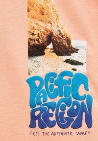 PULL&BEAR - MIT FARBLICH ABGESETZTEM SLOGAN - Print T-shirt - orange - 7