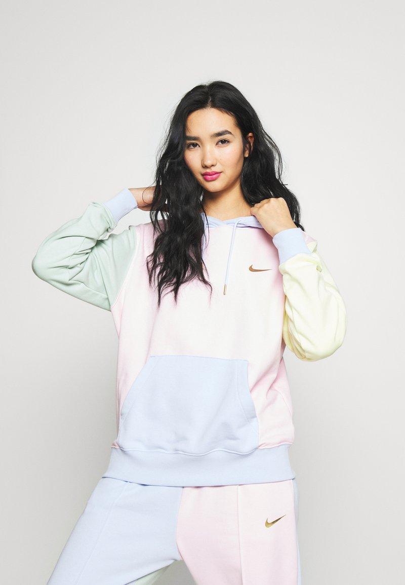 Nike Sportswear - HOODIE - Luvtröja - pink foam /hydrogen blue