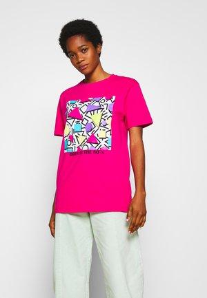 GEOMETRIC RETRO TEE - T-shirt z nadrukiem - hibiskus pink