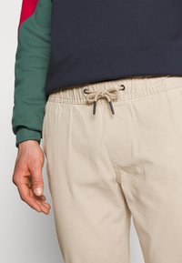 Tommy Jeans - SCANTON DOBBY TRACK PANT - Trousers - soft beige - 3