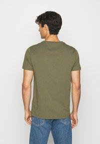 Tommy Hilfiger - LOGO TEE - Print T-shirt - green - 2
