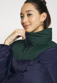 Lacoste - COLOR BLOCK PUFFER - Dunjakke - navy blue/sinople - 4