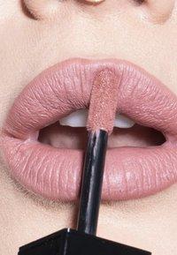 LH cosmetics - VELVET COUTURE - Liquid lipstick - dusty pink - 2
