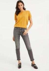 WE Fashion - MET VLEERMUISMOUWEN - Print T-shirt - ochre yellow - 1