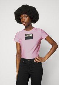 Versace Jeans Couture - LADY - T-shirt z nadrukiem - pink confetti - 3