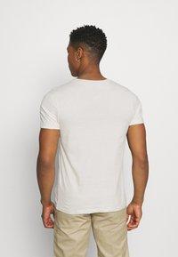 Jack & Jones - JCOALPHA TEE - T-shirt med print - silver birch - 2