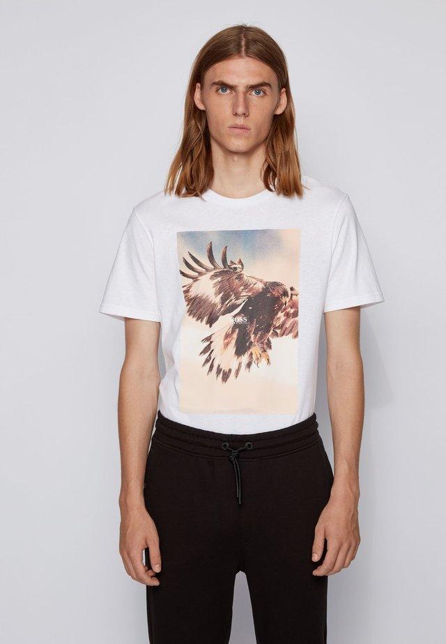 TOMIO - T-shirt med print - white